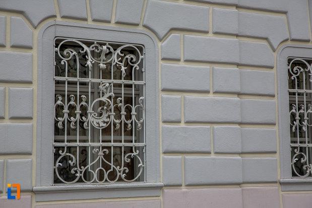 prim-plan-cu-fereastra-de-la-palatul-brukenthal-azi-muzeul-national-brukenthal-din-sibiu-judetul-sibiu.jpg