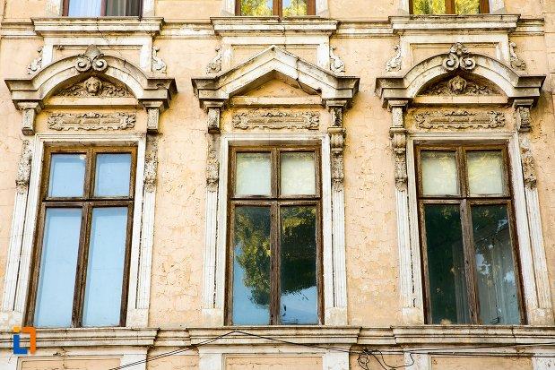 prim-plan-cu-ferestre-de-la-casa-de-pe-strada-mihai-eminescu-din-braila-judetul-braila.jpg