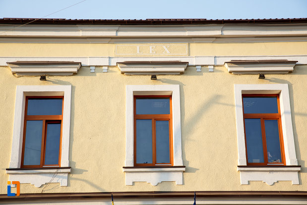 prim-plan-cu-ferestrele-de-la-judecatoria-din-gura-humorului-judetul-suceava.jpg