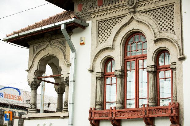 prim-plan-cu-geamul-de-la-biblioteca-universitara-tudor-arghezi-din-targu-jiu-judetul-gorj.jpg
