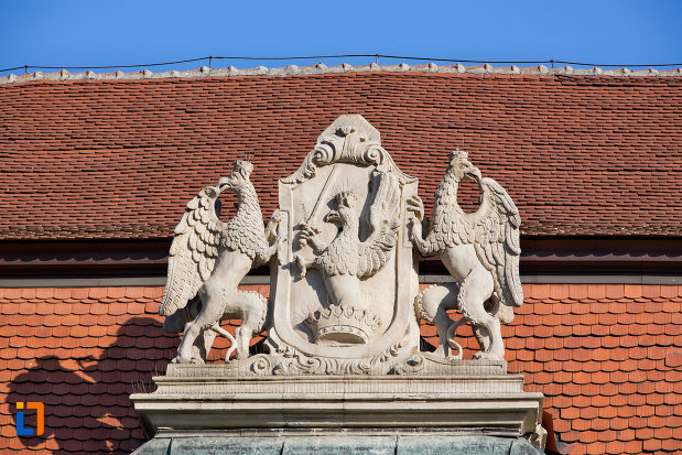 prim-plan-cu-grup-statuar-palatul-banffy-din-cluj-napoca-judetul-cluj.jpg
