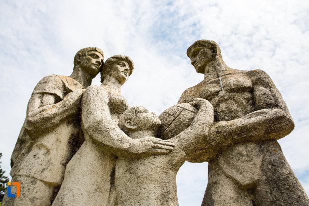 prim-plan-cu-grupul-statuar-din-eforie-nord-judetul-constanta.jpg
