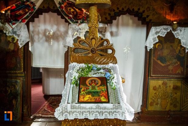 prim-plan-cu-iconostas-din-biserica-de-lemn-sf-pantelimon-din-baile-olanesti-judetul-valcea.jpg