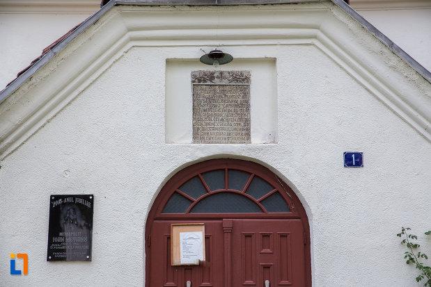 prim-plan-cu-inscriptie-de-pe-biserica-sf-nicolae-din-zarnesti-judetul-brasov.jpg