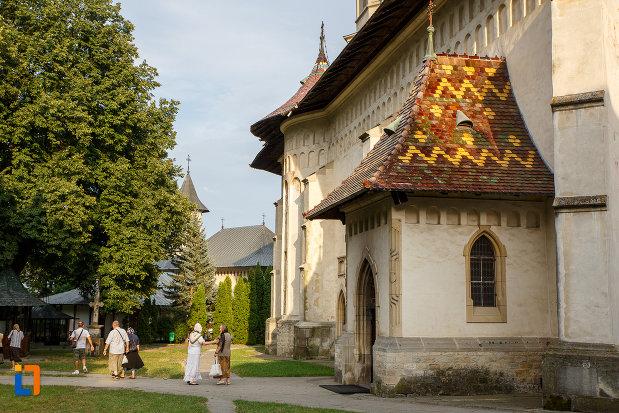 prim-plan-cu-intrarea-in-biserica-sf-gheorghe-1522-din-suceava-judetul-suceava.jpg