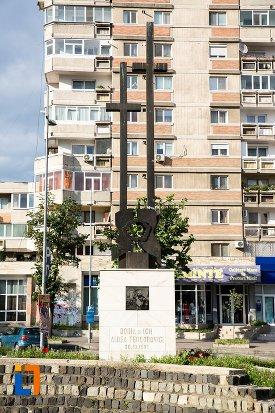 prim-plan-cu-monument-comemorativ-doina-si-ion-aldea-teodorovici-din-pitesti-judetul-arges.jpg