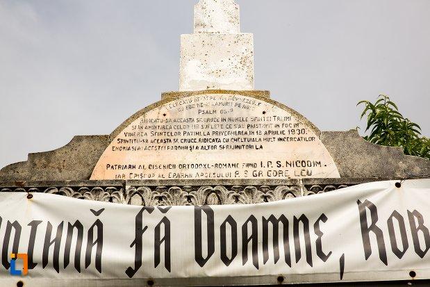 prim-plan-cu-monument-inchinat-tragediei-din-anul-1930-din-costesti-judetul-arges.jpg