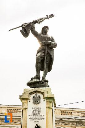 prim-plan-cu-monumentul-eroilor-din-campulung-muscel-judetul-arges.jpg