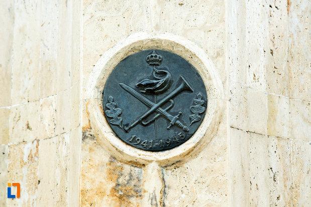 prim-plan-cu-monumentul-eroilor-din-cel-de-al-doilea-razboi-mondial-din-bailesti-judetul-dolj.jpg