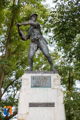 prim-plan-cu-monumentul-eroilor-din-fundulea-judetul-calarasi.jpg