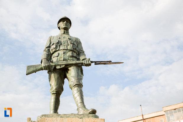 prim-plan-cu-monumentul-eroilor-din-harsova-judetul-constanta.jpg