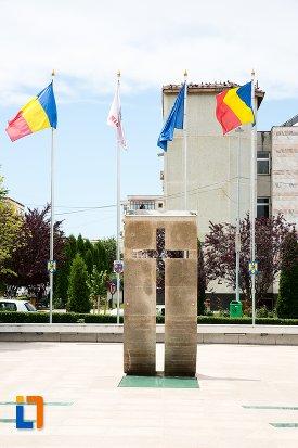 prim-plan-cu-monumentul-eroilor-din-mioveni-judetul-arges.jpg