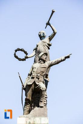 prim-plan-cu-monumentul-eroilor-din-oltenita-judetul-calarasi.jpg