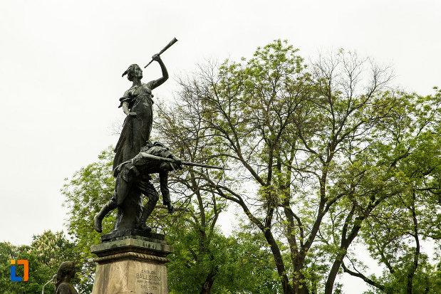 prim-plan-cu-monumentul-eroilor-din-primul-razboi-mondial-din-bailesti-judetul-dolj.jpg