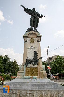 prim-plan-cu-monumentul-eroilor-din-rosiori-de-vede-judetul-teleorman.jpg