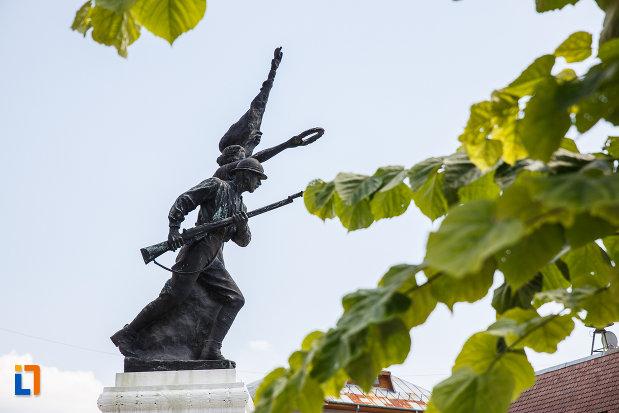 prim-plan-cu-monumentul-eroilor-din-slanic-judetul-prahova.jpg
