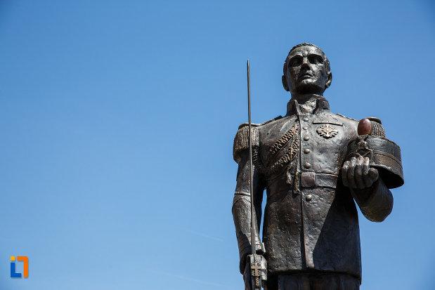 prim-plan-cu-monumentul-eroilor-neamului-din-sannicolau-mare-judetul-timis.jpg