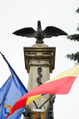 prim-plan-cu-monumentul-eroilor-razboiului-de-independenta-din-azuga-judetul-prahova.jpg