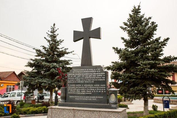 prim-plan-cu-monumentul-inchinat-bisericii-greco-catolice-din-ocna-mures-judetul-alba.jpg