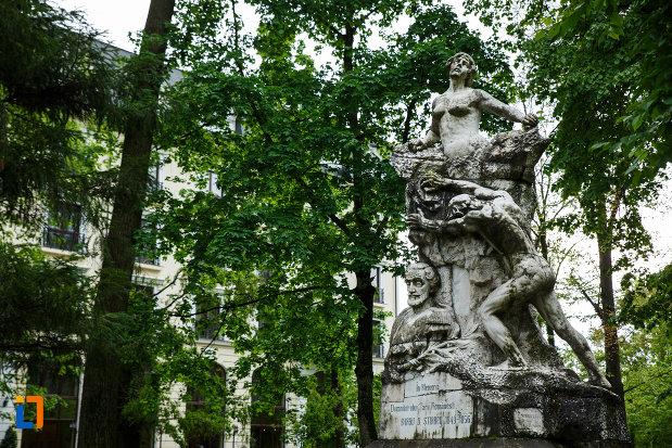 prim-plan-cu-monumentul-lui-barbu-stirbei-din-ramnicu-valcea-judetul-valcea.jpg