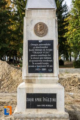 prim-plan-cu-monumentul-lui-traian-vuia-din-medias-judetul-sibiu.jpg