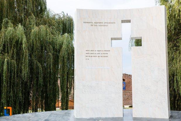 prim-plan-cu-monumentul-rezistentei-anticomuniste-din-fagaras-judetul-brasov.jpg