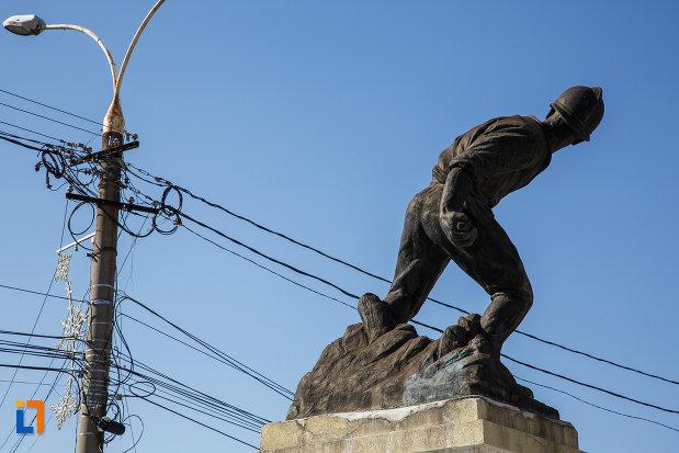 prim-plan-cu-monumentul-ultima-grenada-a-caporalului-constantin-musat-judetul-prahova-2.jpg