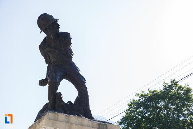 prim-plan-cu-monumentul-ultima-grenada-a-caporalului-constantin-musat-judetul-prahova.jpg