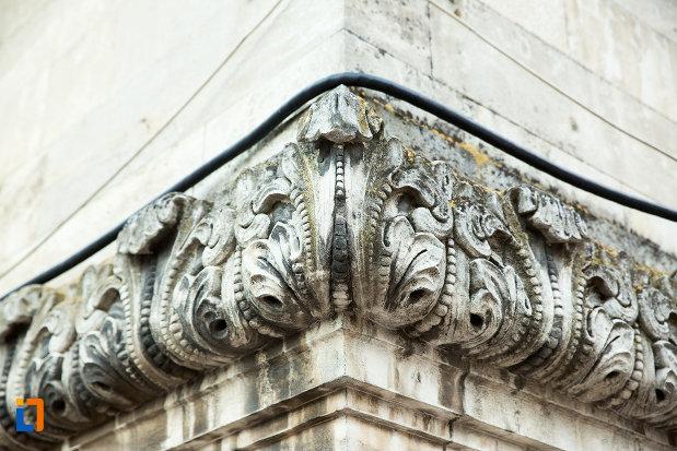 prim-plan-cu-motive-decorative-de-pe-palatul-de-justitie-azi-rectoratul-universitatii-dunarea-de-jos-din-galati-judetul-galati.jpg