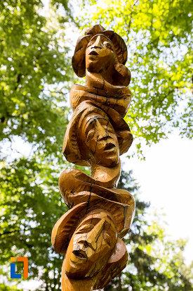 prim-plan-cu-sculptura-in-lemn-tabara-de-creatie-de-la-pucioasa-judetul-dambovita.jpg