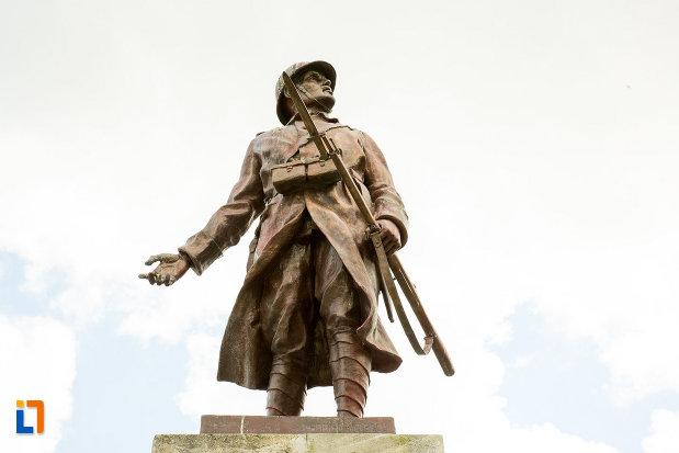 prim-plan-cu-soldatul-de-pe-monumentul-eroilor-din-calafat-judetul-dolj.jpg