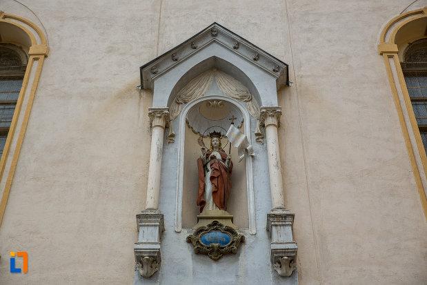 prim-plan-cu-statueta-de-la-biserica-ursulinelor-din-sibiu-judetul-sibiu.jpg