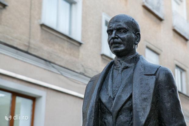 prim-plan-cu-statuia-aurel-lazar-din-oradea-judetul-bihor.jpg