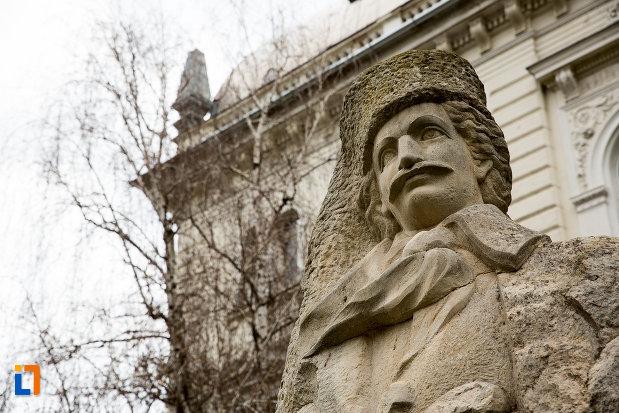 prim-plan-cu-statuia-avram-iancu-din-arad-judetul-arad.jpg