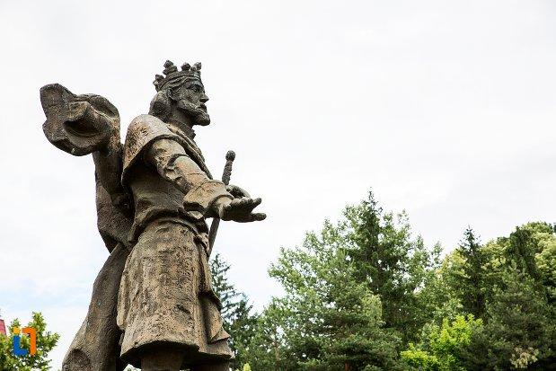 prim-plan-cu-statuia-domnitorului-basarab-i-din-curtea-de-arges-judetul-arges.jpg