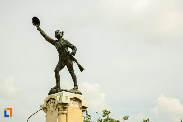prim-plan-cu-statuia-ecaterina-teodoroiu-din-slatina-judetul-olt.jpg