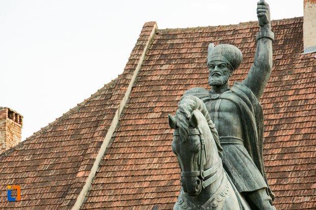 prim-plan-cu-statuia-ecvestra-a-lui-mihai-viteazul-din-alba-iulia-judetul-alba.jpg
