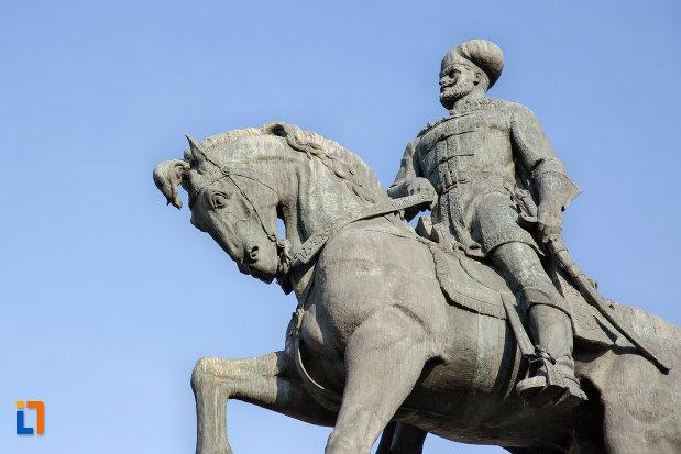prim-plan-cu-statuia-ecvestra-a-lui-mihai-viteazul-din-cluj-napoca-judetul-cluj.jpg
