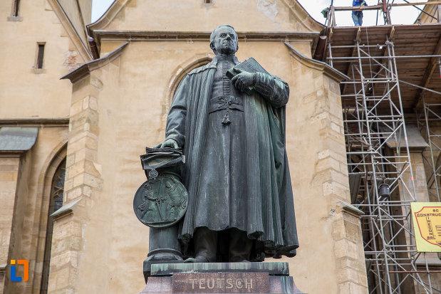prim-plan-cu-statuia-episcopului-georg-daniel-teutsch-1899-din-sibiu-judetul-sibiu.jpg