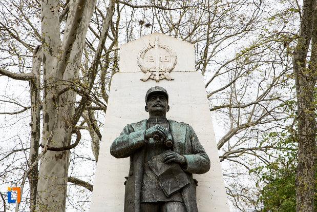 prim-plan-cu-statuia-generalului-ion-dragalina-din-caransebes-judetul-cara-severin.jpg