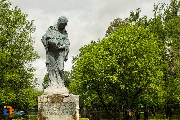 prim-plan-cu-statuia-isvorul-susurului-din-caracal-judetul-olt.jpg