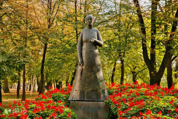 prim-plan-cu-statuia-lorantffy-zsuzsanna-din-oradea-judetul-bihor.jpg
