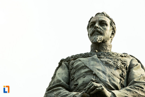 prim-plan-cu-statuia-lui-alexandru-ioan-cuza-din-craiova-judetul-dolj.jpg