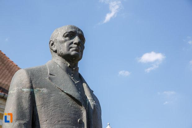 prim-plan-cu-statuia-lui-bernady-gyorgy-din-targu-mures-judetul-mures.jpg