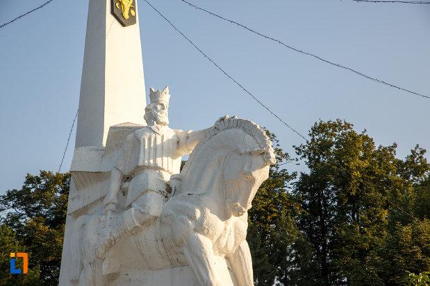 prim-plan-cu-statuia-lui-bogdan-voda-din-radauti-judetul-suceava.jpg