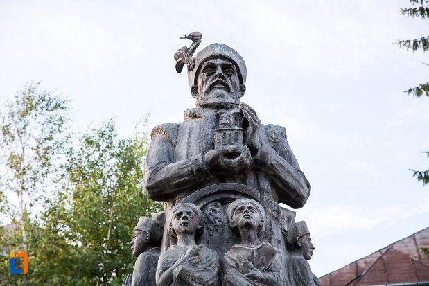 prim-plan-cu-statuia-lui-constantin-basarab-brancoveanu-si-fii-sai-din-targoviste-judetul-dambovita.jpg