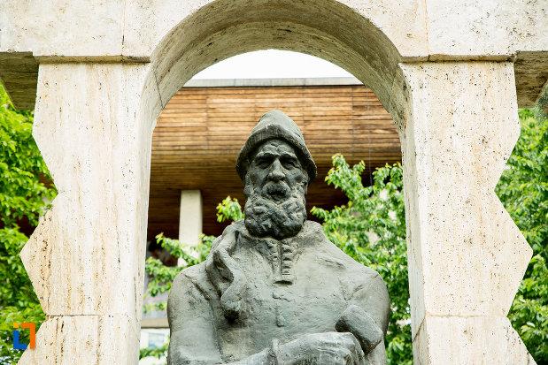 prim-plan-cu-statuia-lui-constantin-brancusi-din-targu-jiu-judetul-gorj.jpg