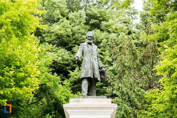 prim-plan-cu-statuia-lui-costache-negri-din-galati-judetul-galati.jpg
