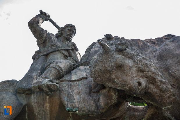 prim-plan-cu-statuia-lui-dragos-voda-din-campulung-moldovenesc-judetul-suceava.jpg