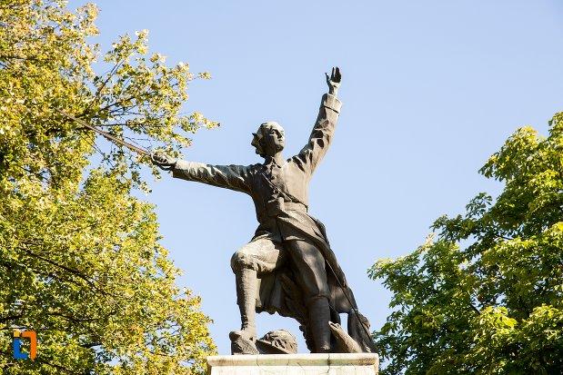 prim-plan-cu-statuia-lui-ecaterina-teodoroiu-din-braila-judetul-braila.jpg